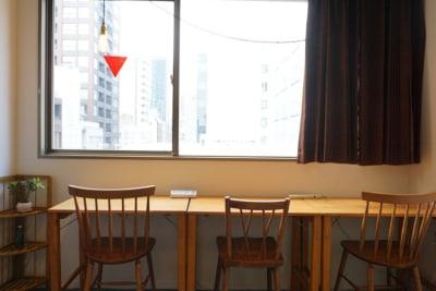 大きな窓から光が入り、眺望が良いお部屋です。 - ビーハイブホステル大阪 長堀橋駅徒歩4分!フリースペースの室内の写真