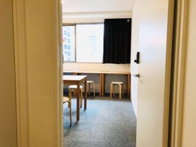 5階のお部屋です。 - ビーハイブホステル大阪 長堀橋駅徒歩4分!フリースペースの入口の写真