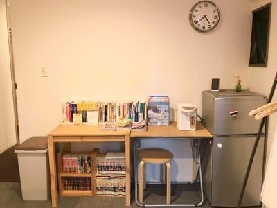 冷蔵庫、電気ポット、ガイドブックや漫画などの本棚を置いています。 - ビーハイブホステル大阪 長堀橋駅徒歩4分!フリースペースの設備の写真