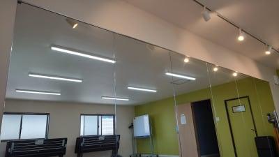 大きな鏡あり - OsakaStartupPark Room-1の室内の写真
