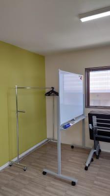 コートハンガー(無料) ホワイトボード(有料) - OsakaStartupPark Room-1の室内の写真