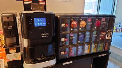 コーヒー(ブラック・カフェラテ・カプチーノ)・紅茶・ココア・緑茶・ジャスミンティーなどの飲めるサーバーあり(有料) - OsakaStartupPark Room-1の設備の写真