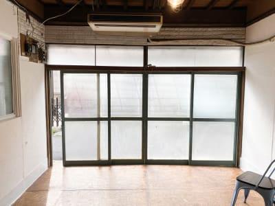 大きい窓の枠はヘリテージグリーンです。 - Studio butter 【超格安】白壁撮影スタジオの室内の写真