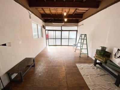正面窓からは6m引くことができます。 - Studio butter 【超格安】白壁撮影スタジオの室内の写真