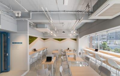 カフェブース。晴れの日は日光を感じるスペースで、こだわりのコーヒーをお楽しみください - HAKADORU虎ノ門店 コワーキングスペース3の室内の写真