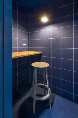 WEB会議もできる個室です。店頭でのご予約が必要となりますので、ご利用日当日店頭スタッフへご相談ください。 - HAKADORU虎ノ門店 コワーキングスペース3の設備の写真