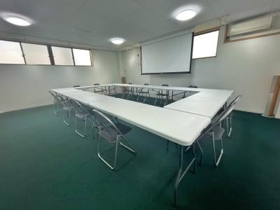 テーブル、椅子、120インチスクリーン&プロジェクター 他 - 多世代交流スペースぷらっとあっと 多目的スペースの設備の写真