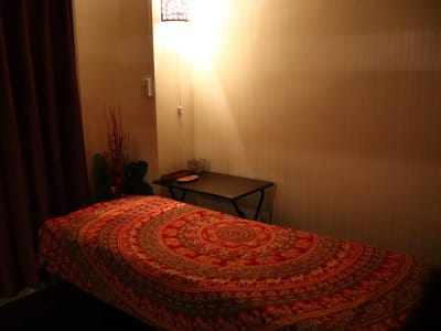 施術ルームにはベッド、ホットボックス、お客様用荷物置き、スツールがございます。 - 腸もみ温活サロンMiKURA エステティックレンタルサロンの室内の写真