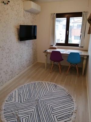 7畳のお部屋です。 窓はイタリア製木製サッシを使用しており、明るい光が差し込みます。 - Hikario新宿 ワークスペース201の室内の写真