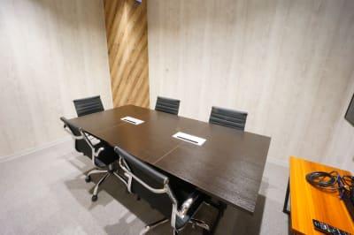 【モディコワーキング】 モディコワーキング5人会議室の室内の写真