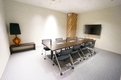 【モディコワーキング】 モディコワーキング8人会議室の室内の写真
