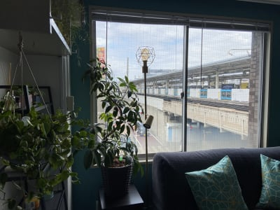 窓の外の駅ホーム - レンタルスペース さくらイン スタジオの室内の写真