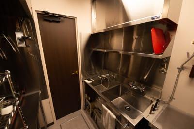 【キッチン】冷蔵・冷凍庫・電子レンジ・カセットコンロ。本格料理が可能。 - 銀座レンタル配信スタジオルアン 多目的イベントスペースの室内の写真