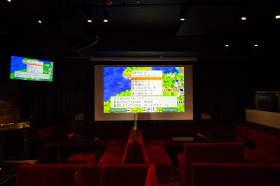 【スクリーン】ご要望に合わせて席をお作りします。 - 銀座レンタル配信スタジオルアン 多目的イベントスペースの室内の写真