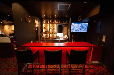 【バーカウンター】窓から東京タワーが見えます!料理番組等にも。 - 銀座レンタル配信スタジオルアン 多目的イベントスペースの室内の写真