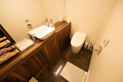 【トイレ】男性と女性用で別々のトイレがあり、着替え用のステップもあり広々空間。 - 銀座レンタル配信スタジオルアン 多目的イベントスペースの室内の写真