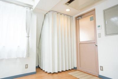 一人分の更衣室と洋服などを入れることができるカゴがあります。 - レンタルスタジオ HIKARI ダンススタジオ、ヨガスタジオの室内の写真