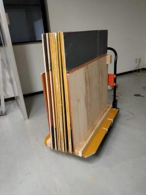 フラメンコはタップダンスでのご利用はこちらの板を必ずオプションで購入してください。 100円/1枚 床に敷いてご利用ください。 オプションをご利用なさらずに床を傷つけた場合、床の張り替え費用を全額請求させていただきます。  - レンタルスタジオ・アドレ Aスタジオ ダンススタジオの設備の写真