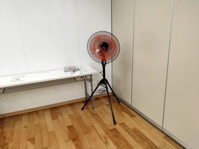 エアコン、換気扇の他に扇風機もご用意しております。換気などにご活用ください。 - レンタルスタジオ・アドレ Aスタジオ ダンススタジオの設備の写真