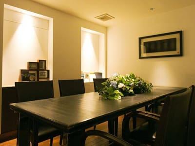 テーブルタイプの個室は8名掛け - レストランスペース白金 パーティ/TV撮影スペースの室内の写真