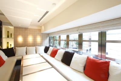 約10名まで着席可能なソファタイプの個室です - レストランスペース白金 パーティ/TV撮影スペースの室内の写真