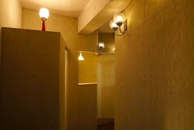 玄関からのアプローチ - 個室のレンタル美容室 ヘッドスパもできるサロン<F>の室内の写真