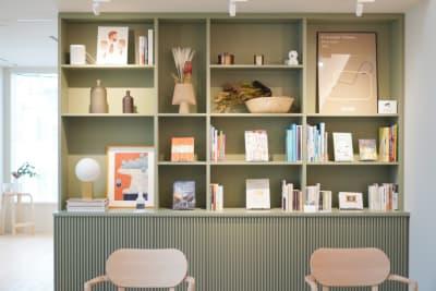 本棚は事前申請があれば空にしてお貸しいたします。※当日のお申し出には対応出来兼ねます。 - KALM尾山台 カフェ2階のレンタルスペースの室内の写真