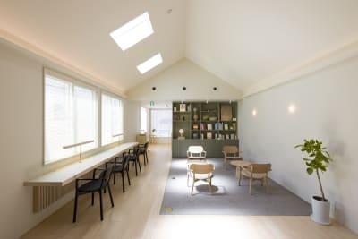 天窓から優しい自然光が差し込む明るいスペースです。 - KALM尾山台 カフェ2階のレンタルスペースの室内の写真