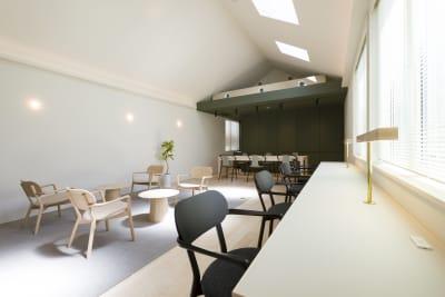 4人掛けカウンター×1 2人掛けテーブル×2 6人掛けテーブル×1 - KALM尾山台 カフェ2階のレンタルスペースの室内の写真