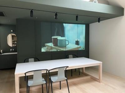 奥の壁にも投影可能です。 - KALM尾山台 カフェ2階のレンタルスペースの室内の写真