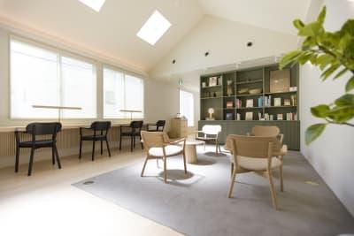 天井が高く、窓も大きいため開放的な空間です。 - KALM尾山台 カフェ2階のレンタルスペースの室内の写真
