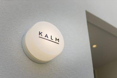 カフェ看板 1階のカフェでは、コーヒーや焼き菓子をご購入いただけます。 - KALM尾山台 カフェ2階のレンタルスペースの室内の写真