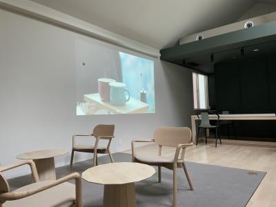 プロジェクター無料 壁に投影してお使いください。(天窓があるため、天候によっては見えづらい場合があります) - KALM尾山台 カフェ2階のレンタルスペースの室内の写真