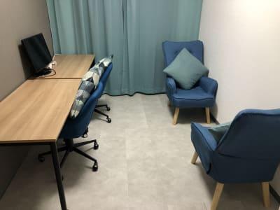 120cm*60cmの広々としたデスクと24型モニターを1台完備しています。会議室レイアウトにも変更いただけます。(現状回復にご協力ください。) - マルチスペース Pave吉祥寺 会議室、多目的スペースの室内の写真