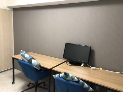 テーブルとワークチェアはキャスター付きで自由に配置いただけます。 - マルチスペース Pave吉祥寺 会議室、多目的スペースの室内の写真