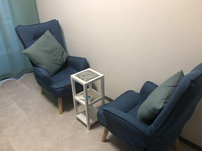 ハイバックのリクライニングチェアもあり、ビジネスラウンジのようにくつろいでいただけます。 - マルチスペース Pave吉祥寺 会議室、多目的スペースの室内の写真