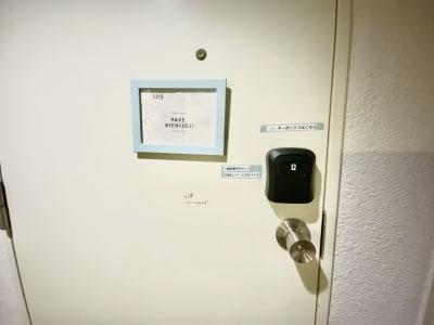 入り口は小さい看板を出しております。また、キーボックスを備え付けております。 - マルチスペース Pave吉祥寺 会議室、多目的スペースの入口の写真