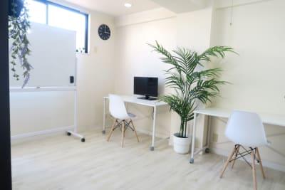 LEUNI烏丸 クリーンで集中できる白い部屋の室内の写真