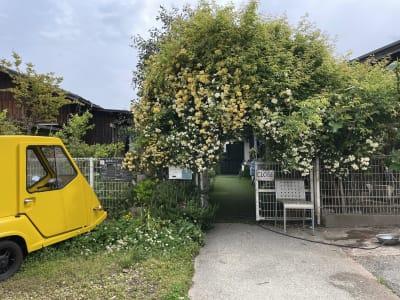 カフェ御結(おむすび) 中庭でイベントや撮影可能!の入口の写真