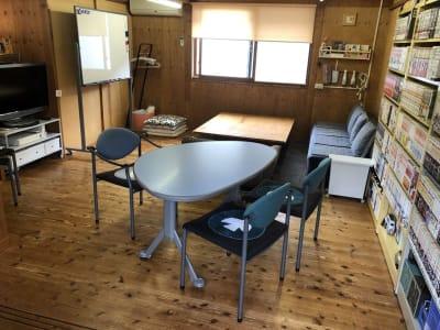 木のぬくもりを感じる隠れ家的個室スペースで、ごゆっくりなさってください。無線高速WiFi、使えます。予約時間内の外出など、出入りは自由です。 - Kinoshita 1996 多目的スペースの室内の写真