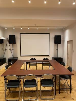 机といすもあるので、会議、MTGにもOK!!!  - ebisu bldg.六本木B1 スタジオの室内の写真