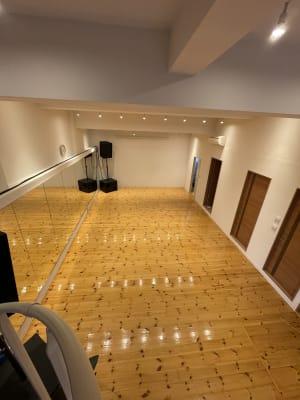 上から全体の撮影可能なので、練習映像の撮影も可能 - ebisu bldg.六本木B1 スタジオの室内の写真