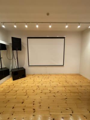 スクリーンd+ウーハー100W+フルレンジスピーカー400Wで映画鑑賞可能!! - ebisu bldg.六本木B1 スタジオの室内の写真