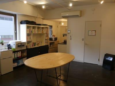 木のテーブルは自由に移動しても大丈夫です - カメラ堂ビル「スタジオ」 貸し会議室(3階)・スタジオの室内の写真