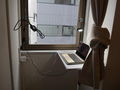 プロジェクターを繋げるコードとパソコンを置くテーブル - カメラ堂ビル「スタジオ」 貸し会議室(3階)・スタジオの室内の写真