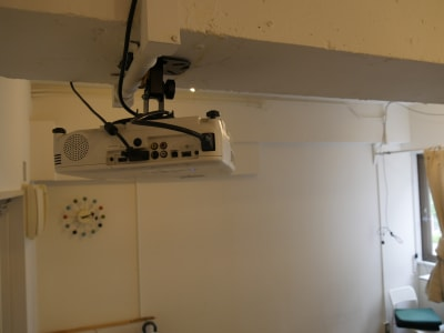 プロジェクター(後ろ) - カメラ堂ビル「スタジオ」 貸し会議室(3階)・スタジオの室内の写真