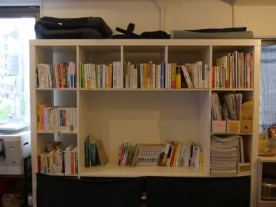 本棚 - カメラ堂ビル「スタジオ」 貸し会議室(3階)・スタジオの室内の写真