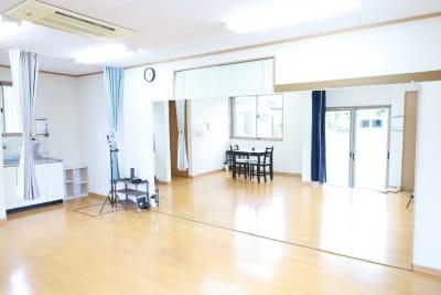 ダンススペース約16m2 目安として1~4人での使用がオススメです。  - レンタルスタジオアヌビス レンタルの室内の写真