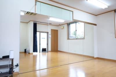 大型カガミ高さ180cmX幅360cm設置 エアコン完備。 暑い日も寒い日も快適に練習できます。 - レンタルスタジオアヌビス レンタルの室内の写真