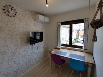 作業ができる大きめのテーブルと2脚の椅子を設置しました。 - Hikario新宿 ワークスペース201の室内の写真